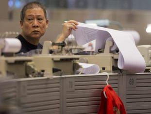 Um agente da bolsa trabalha em uma corretora em Hong Kong (China).