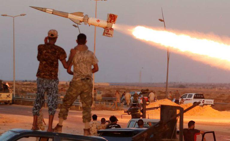Combatentes das forças aliadas aos Estados Unidos na Líbia.