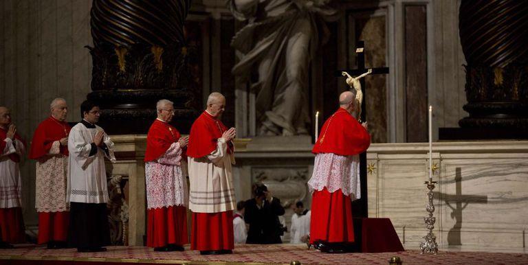 O cardeal Tarcisio Bertone beija um crucifixo na basílica de São Pedro na Sexta-Feira Santa.