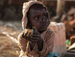 Criança em acampamento na República Democrática do Congo após fugir de área de combate no Sudão do Sul.