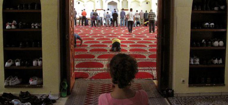 Uma menina olha os fiéis na reza da sexta-feira na mesquita da M-30.