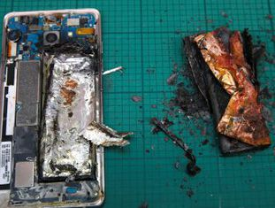 A empresa perde 15 bilhões de dólares na Bolsa devido ao fracasso de seu principal aparelho, cujos problemas na bateria provocam combustão