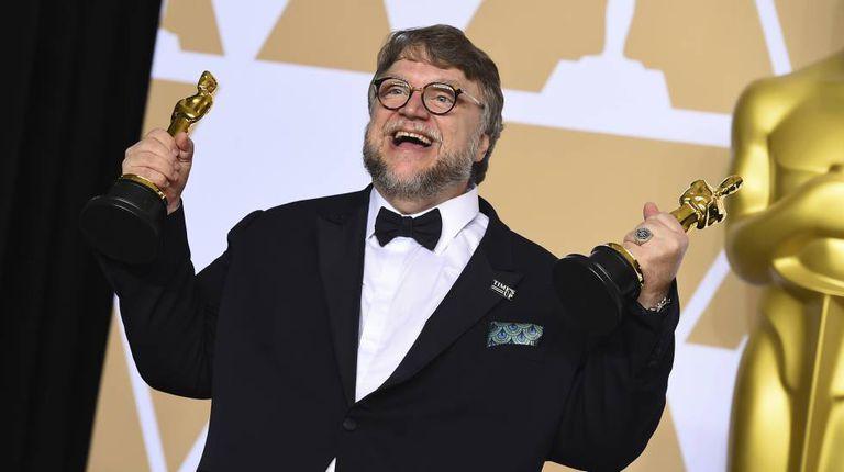 Guillermo del Toro com seus dois prêmios
