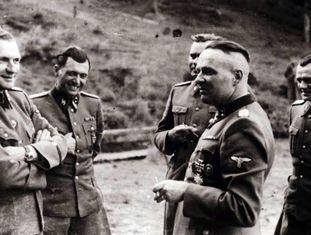 Grupo de oficiais das SS em Auschwitz, na segunda metade de 1944. O segundo a partir da esquerda é Josef Mengele