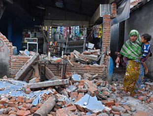 Mulher diante de escombros, neste domingo em Lombok.