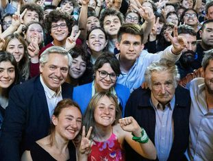 O candidato argentino Alberto Fernández, num ato com o ex-presidente uruguaio José Mujica.