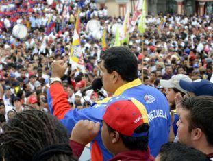 Maduro fala à multidão no Palácio de Miraflores.