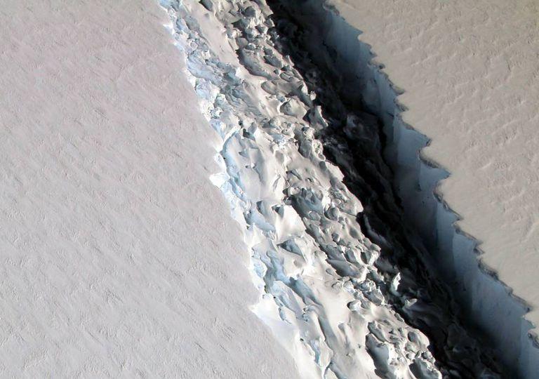 Imagem aérea da gigantesca fenda na plataforma de gelo Larsen C.