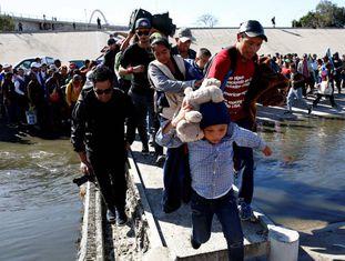 Parte da caravana de milhares de migrantes da América Central chega à fronteira dos EUA