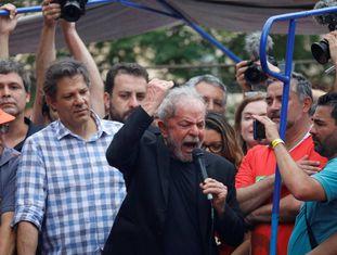 Lula discursa em São Bernardo um dia após sua prisão