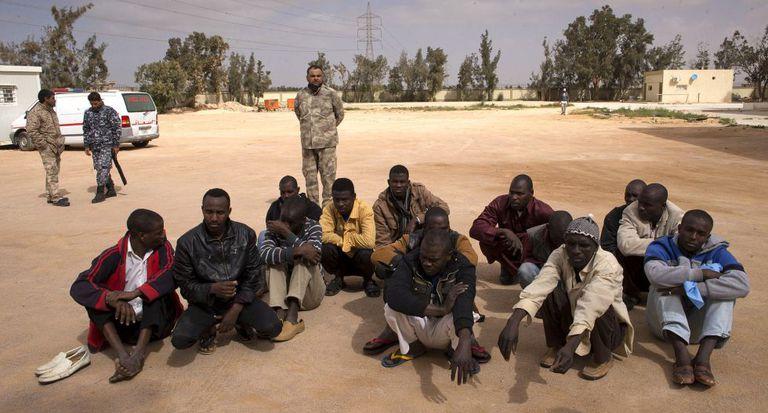 Grupo de imigrantes em centro de internação para estrangeiros em Misrata.