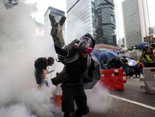 Polícia usa gás lacrimogêneo e canhões d'água para reprimir manifestações proibidas