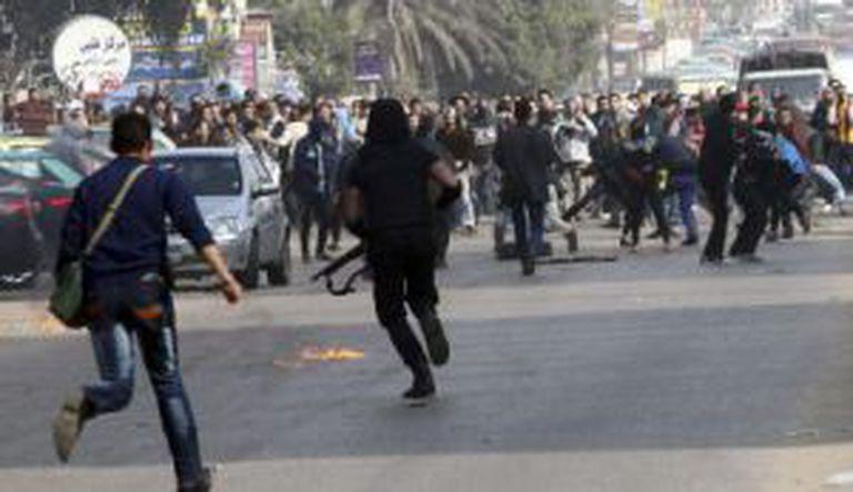 A polícia enfrenta a Irmandade Muçulmana no Cairo.