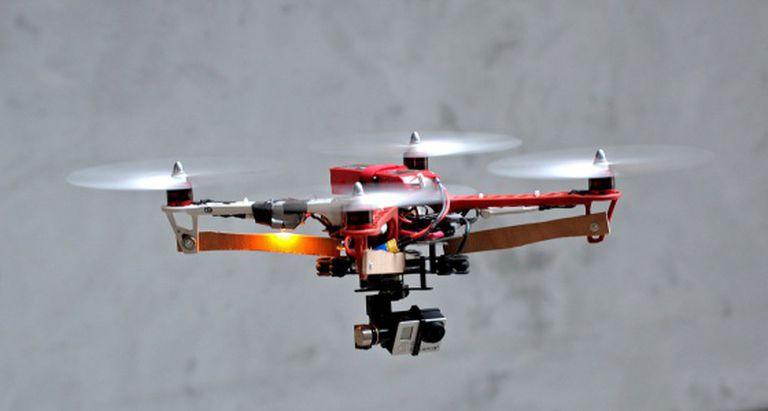 Drone equipado com uma pequena câmera.