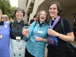 Mulheres sacerdotisas celebram o anúncio histórico.