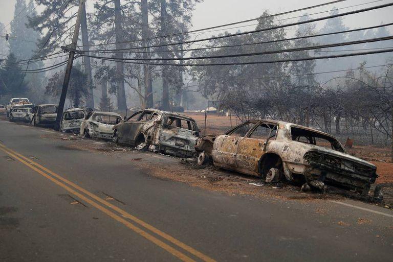 Veículos queimados no incêndio de Paradise, Califórnia, em que morreram cinco pessoas.
