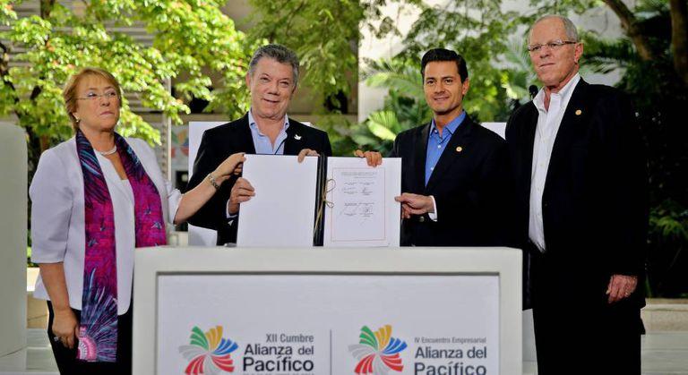 A presidenta do Chile, Michelle Bachelet, o da Colômbia, Juan Manuel Santos, o mexicano, Enrique Peña Nieto, e o peruano, Pedro Pablo Kuczynski, posam no encerramento da reunião da Aliança do Pacífico.