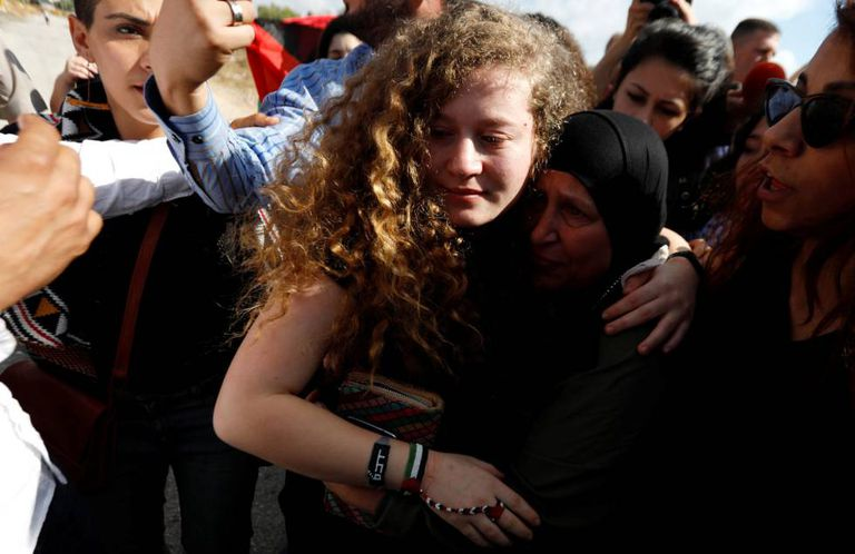 Ahed Tamimi na chegada a seu povoado natal, Nabi Saleh, no domingo.