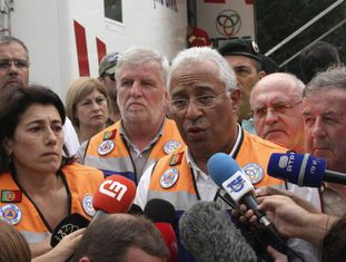 O primeiro-ministro português, António Costa, fala com a imprensa na zona afetada.