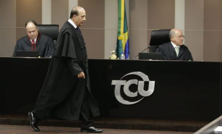 Augusto Nardes chegando ao plenário do TCU nesta quarta-feira.