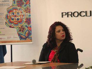 Elisandra Carolina dos Santos durante palestra.