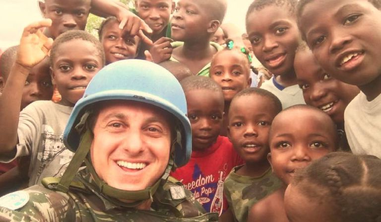 Luciano Huck durante visita ao Haiti.