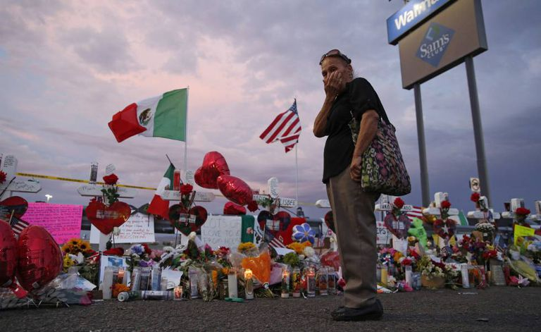 Memorial pelas vítimas de El Paso em uma cerca junto ao Walmart.