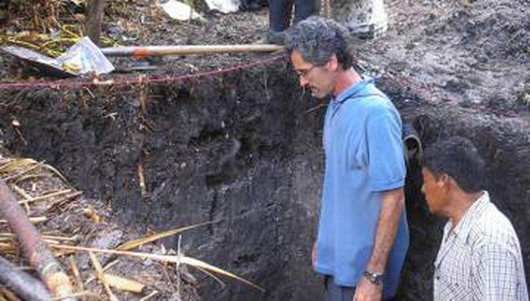 Tim Beach, geógrafo da Universidade de Texas, e um colega em uma das escavações realizadas em Belize.