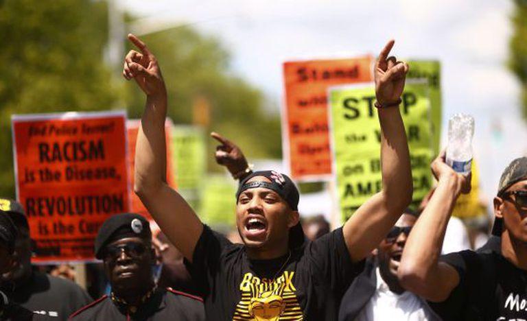 Marcha em Baltimore depois do indiciamento de seis agentes pelo caso Gray.