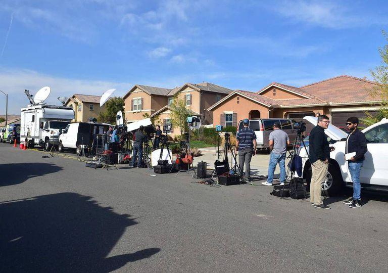 Jornalistas em frente à casa onde foram resgatados os 13 irmãos sequestrados, em 16 de janeiro.