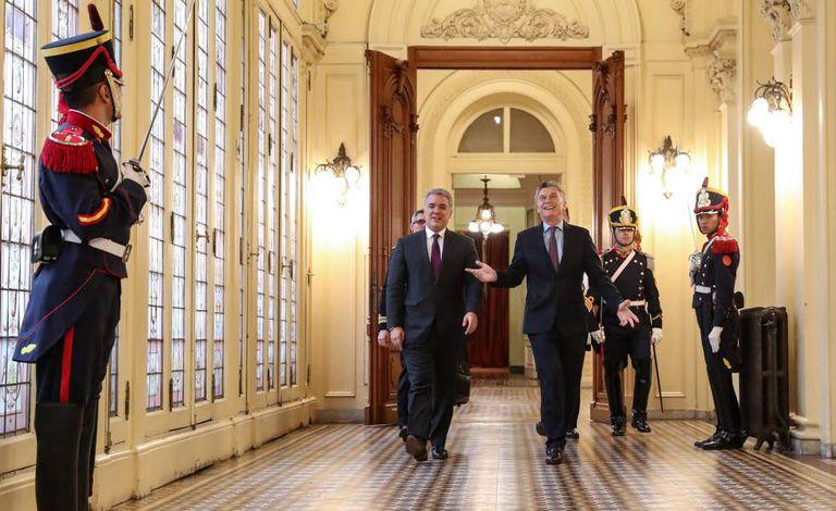 Os presidentes da Colômbia, Iván Duque, e da Argentina, Mauricio Macri, caminham pelo interior da Casa Rosada em Buenos Aires.