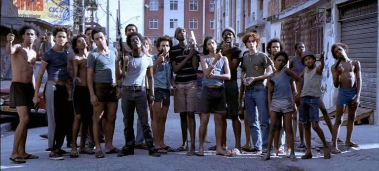 O elenco de 'Cidade de Deus'; Ivan O Terrível, de short, é o quinto a partir da esquerda.