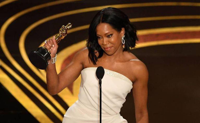 Regina King recebe o Oscar de melhor atriz coadjuvante por 'Se a Rua Beale Falasse'.