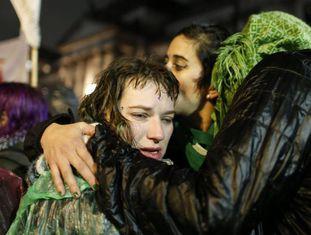 Manifestantes pró-aborto se abraçam sob a chuva em Buenos Aires.
