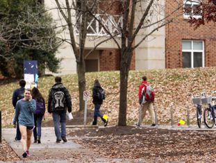 Estudantes caminham pelo campus da Universidade de Virginia, onde uma estudante relatou ter sofrido um estupro coletivo.