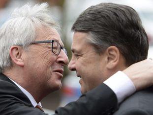 Jean-Claude Juncker, presidente da Comissão (esquerda), e o vice-chancelar alemão, Sigmar Gabriel, nesta segunda-feira em Nauen (Alemanha).
