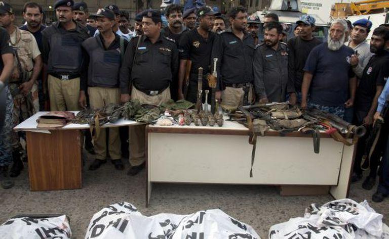 A polícia mostra os corpos dos autores do ataque ao aeroporto de Karachi.