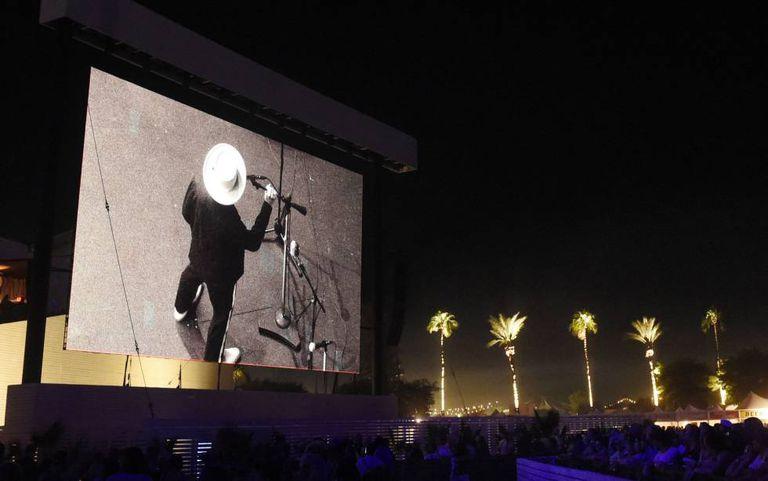 Telão mostra Bob Dylan em seu show no festival Desert Trip