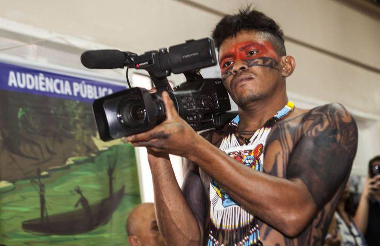 """Jailson Juruna, da Aldeia Muratu, usa a câmera para documentar as reuniões públicas e registrar os compromissos assumidos pelos """"brancos""""."""