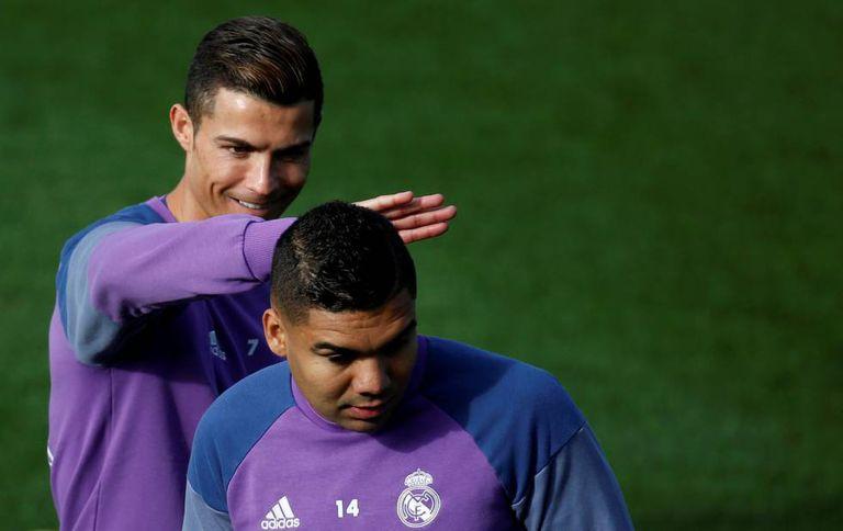 Cristiano brinca com Casemiro durante no treinamento desta sexta-feira.