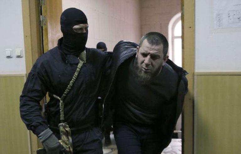 Tamerlan Eskerkhanov, detido por seu suposto envolvimento no assassinato do oposicionista Nemtsov, é escoltado em um tribunal russo.