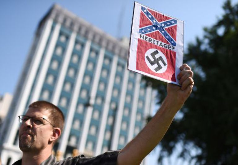 Protesto para pedir a retirada da bandeira confederada na Columbia.