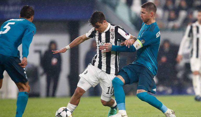Dybala tenta escapar da marcação de Sergio Ramos e Varane no primeiro jogo, que terminou 3 a 0 para o Real Madrid.