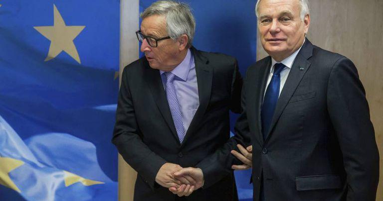 O ministro francês de Relações Exteriores, Jean-Marc Ayrault (à dir.), é recebido pelo presidente da Comissão Europeia, Jean-Claude Juncker, em Bruxelas.