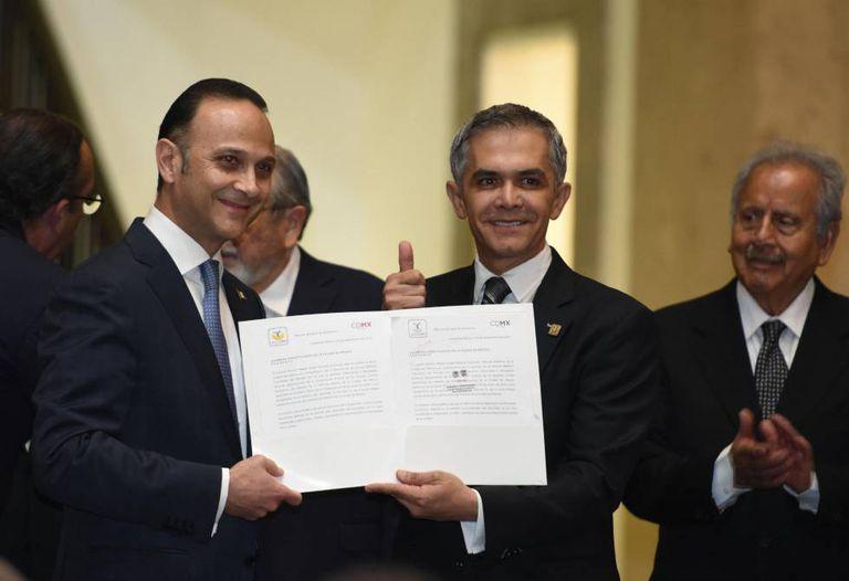 O chefe do governo da Cidade do México, Miguel Ángel Mancera, ao entregar o projeto de lei sobre o uso medicinal da maconha.