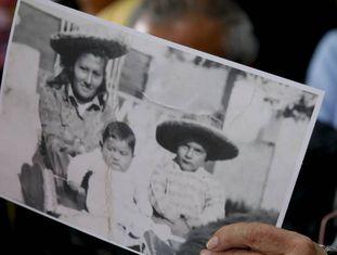 Estela de Carlotto mostra uma foto de Rosario del Carmen Ramos com seus dois filhos mais velhos, Ismael e Camilo, irmãos de Marcos