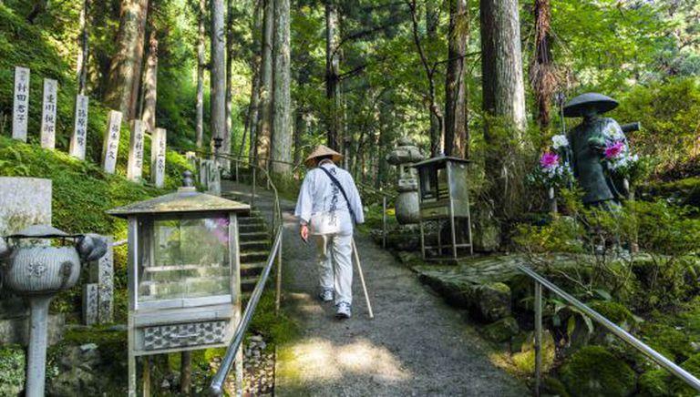 Um peregrino percorre um trecho da Rota dos 88 templos da isa de Shikoku