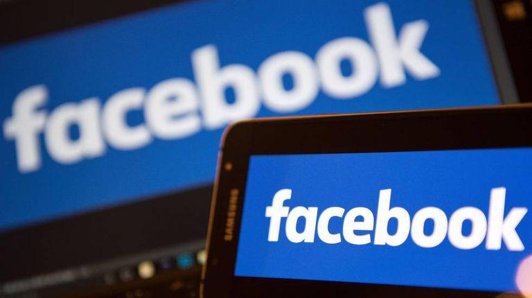 Facebook em um computador e um celular.