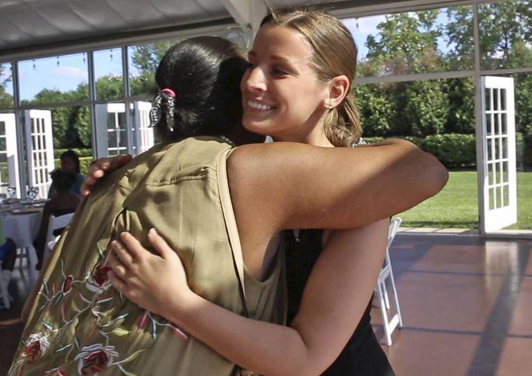 Sarah Cummins abraça a uma de suas convidadas, Janice Williamson-Cox, a sua chegada ao centro de recepções Ritz Charles.
