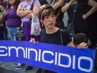 Uma mulher participa de um protesto contra a violência machista, na cidade do México, em fevereiro deste ano.